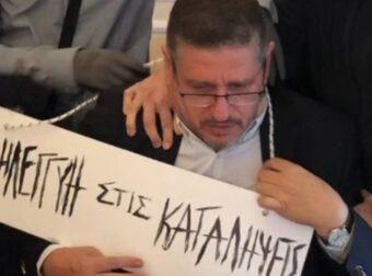 Φωτογραφία – σοκ: Κουκουλοφόροι πέρασαν ταμπέλα στο λαιμό του πρύτανη της ΑΣΟΕΕ